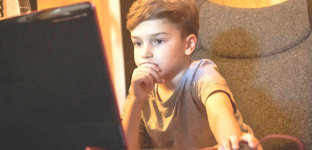 Mutter hilft, ihren Sohn in der virtuellen Klasse zu kopieren